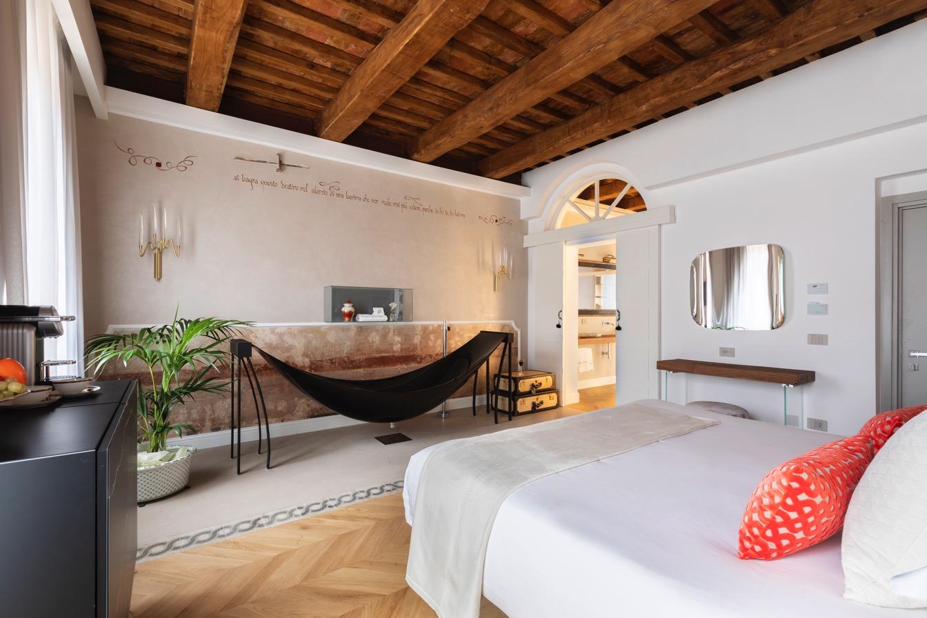 black hammock bath in Poesis Experience hotel Rome