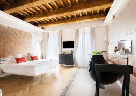Black carbon fiber hammock bath in Hotel Poesis bedroom