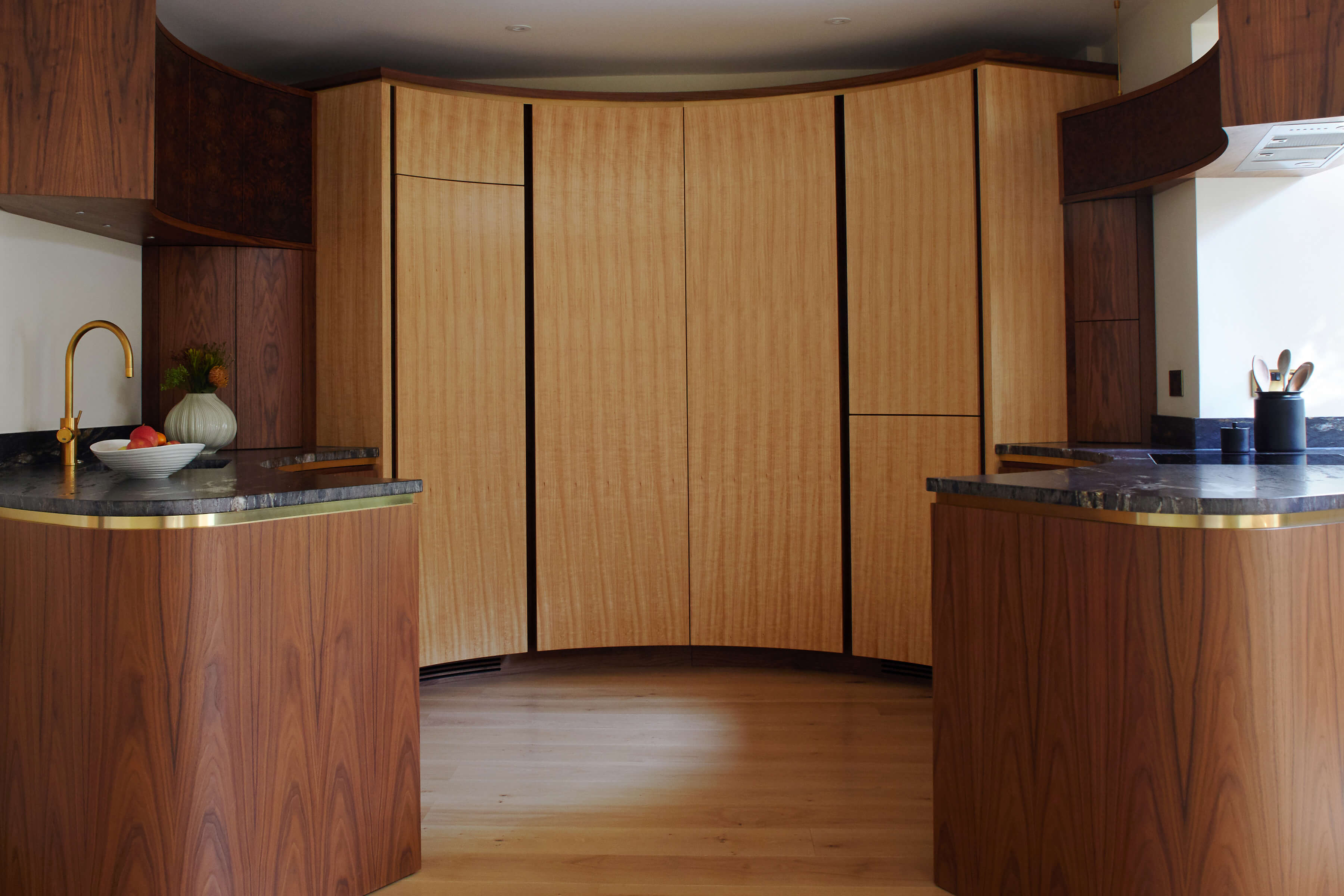 Interesting circular kitchen design by Splinterworks