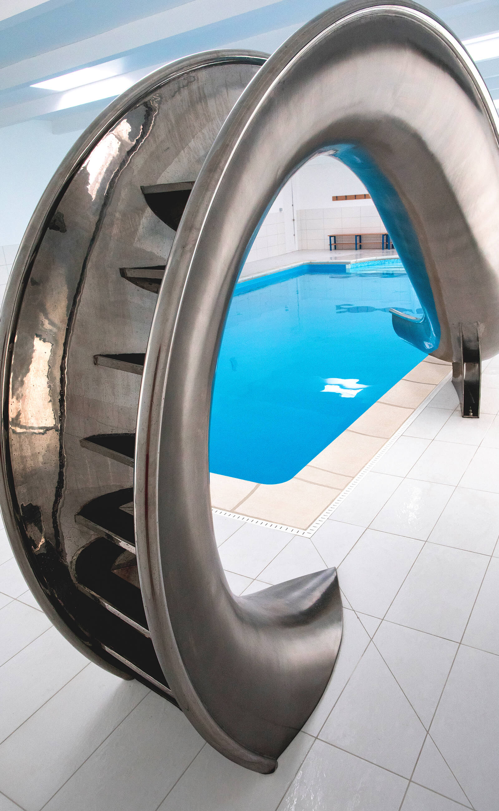The easy to install fittings and integrated steps of the Waha pool slide.